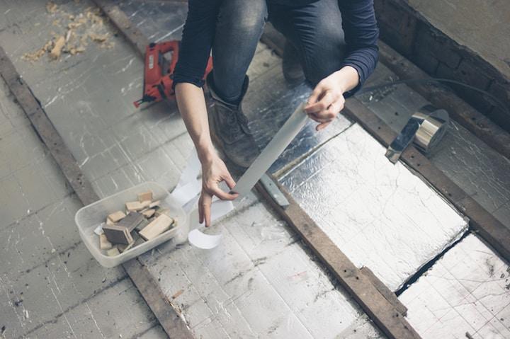 Vloerisolatieplaten op een betonnen vloer